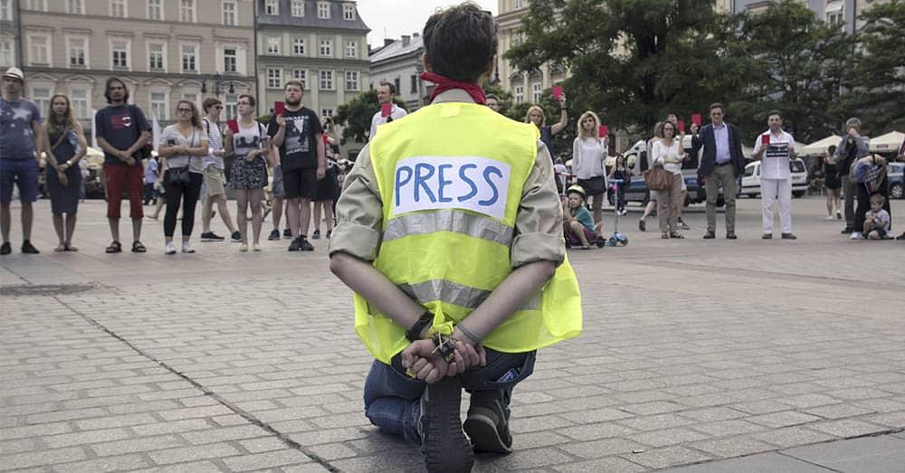 En demonstrant protesterer mot sensur og manglende ytringsfrihet i Polen. Foto: Bogdan Khmelnytskyi/Shutterstock