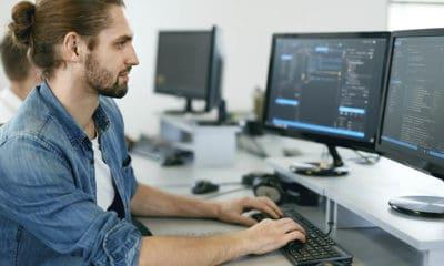 Fire av ti bedriftsledere mener manglende kompetanse er den viktigste hindringen for å ta i bruk kunstig intelligens og maskinlæring. ILLUSTRASJONSFOTO: SHUTTERSTOCK