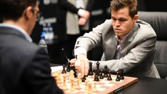 Algoritmene lærte både regler og de viktigste strategiene for sjakk ved å analysere hva kommentatorene sa. Her er Magnus Carlsen i kamp mot Fabiano Caruana under verdensmesterskapet i sjakk i fjor. Foto: Bart Lenoir