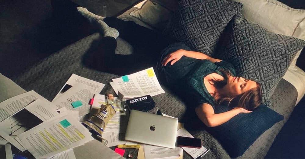 I denne scenen fra 'The Morning Show' sover Reese Witherspoon ved siden av en iPhone og en MacBook. Foto fra serien