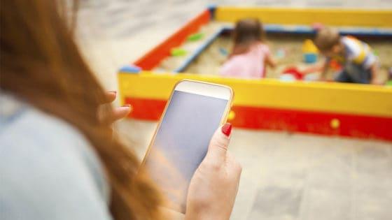 Jo mer skjermtid moren har, jo mer skjermtid har barna, viser ny studie. Foto: Oksana Shufrych/Shutterstock