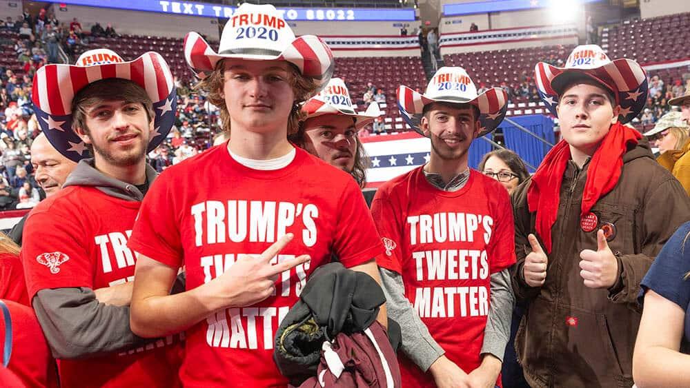 Trump-supportere under en samling i Pennsylvania 10. desember. En ny studie viser hvordan Facebooks algoritmer forsøker å hindre at brukerne få se politiske annonser de ikke er enige i. Foto: Lev Radin/Shutterstock