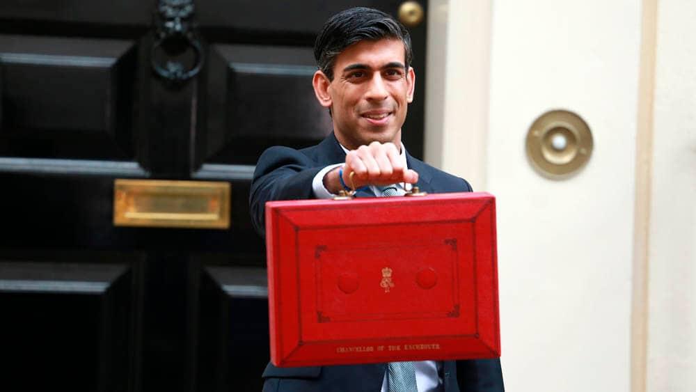 Den britiske finansministeren Rishi Sunak reiste onsdag fra Downing Street nr. 11 til parlamentet for å presentere statsbudsjettet. Foto: Shutterstock